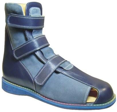 Корригирующая ортопедическая обувь с высокими берцами.